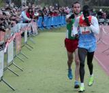 Fernández Anaya helps Mutai toward the line / CALLEJA (DIARIO DE NAVARRA